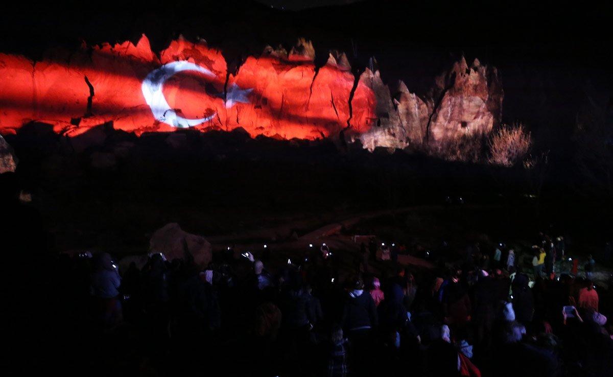 Kapadokya'da tarih peribacalarına yansıtıldı