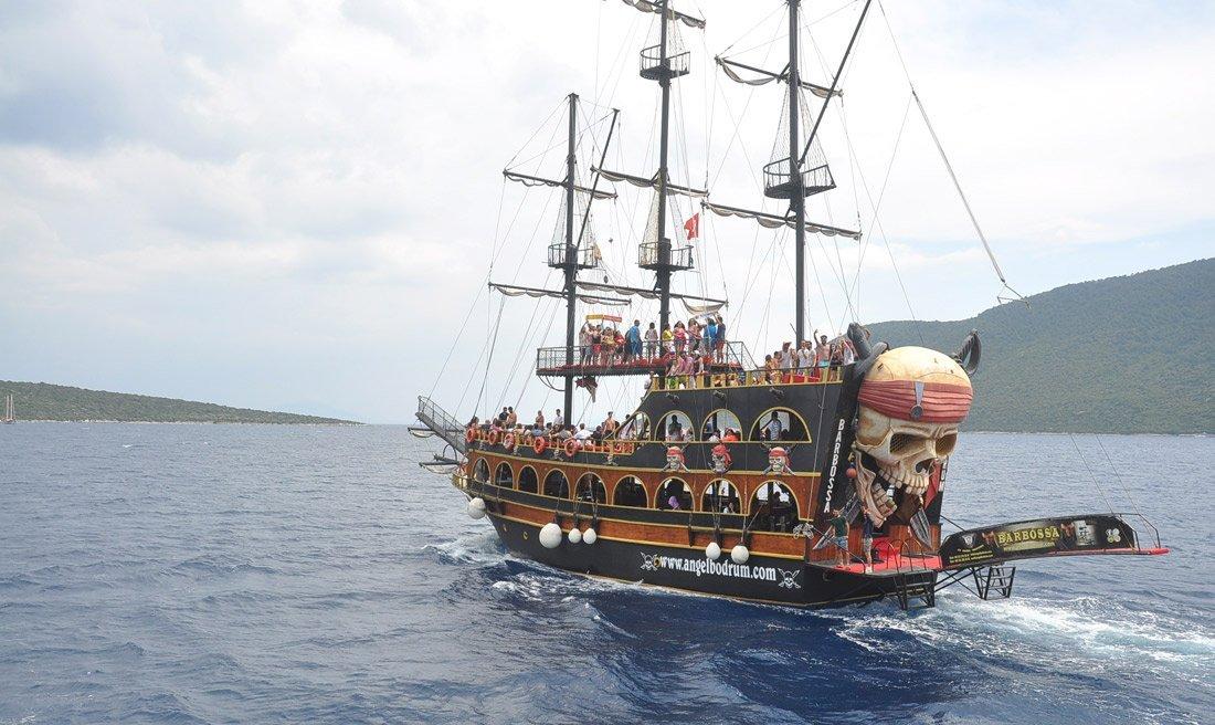 Bodrum'da korsan gemilerle tekne turu